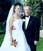 Женщина и мужчина старше